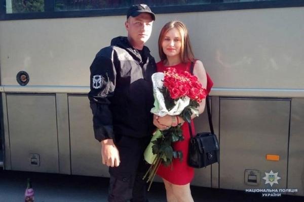 Тернопільський поліцейський, щойно повернувшись з Донбасу, освідчився коханій (Фото)