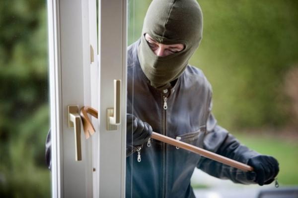 У Тернополі невідомі влізли у квартиру через вікно та пограбували її