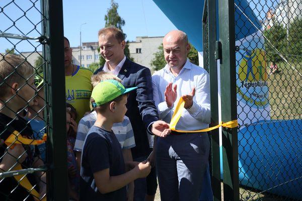 Біля 29 школи Тернополя відкрили нове реконструйоване футбольне поле зі штучним покриттям