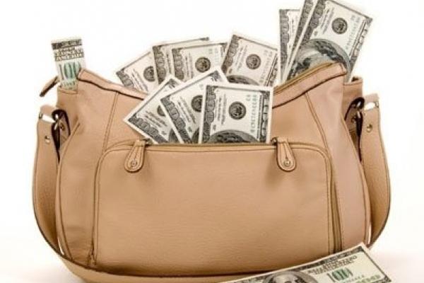 На Тернопільщині жінка забула на лавочці сумку з великою сумою грошей