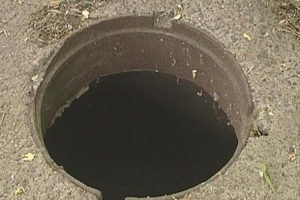 У Тернополі двоє невідомих намагалися вкрасти каналізаційну решітку