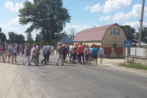 На Тернопільщині перекривали дорогу: люди страйкували (фотофакт)