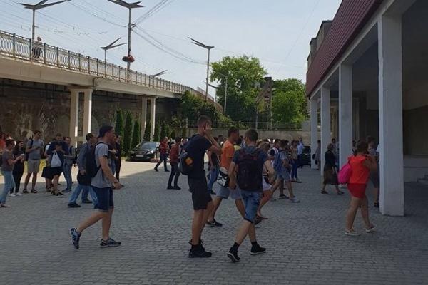 В одному із вишів Тернополя евакуювали студентів (Відео)