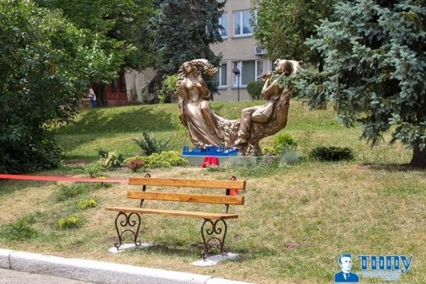 У Тернополі на подвір'ї ТНПУ з'явилася скульптура (Фото)