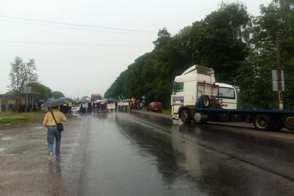 Спиртовики Тернопільщини в знак протесту перекрили дорогу (Фото)