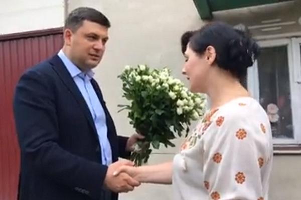 Володимир Гройсман на Тернопільщині завітав у гості до вчительки, щоб привітати її з днем народження