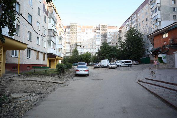 На одній з вулиць Тернополя розширюють місця для паркування (Фото)