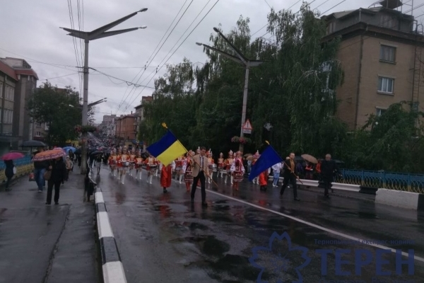 Дощ не завада: урочиста хода випускників Тернополем (Фото, відео)