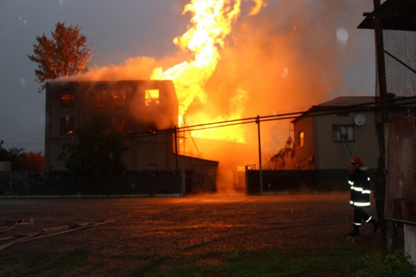 1200 квадратних метрів пожежі після вибуху на спиртзаводі: як на Тернопільщині 6 годин гасили полум'я висотою 25 метрів (Фото)