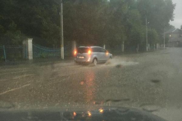 На Тернопільщині, внаслідок сильного дощу, затопило районний центр (Відео)
