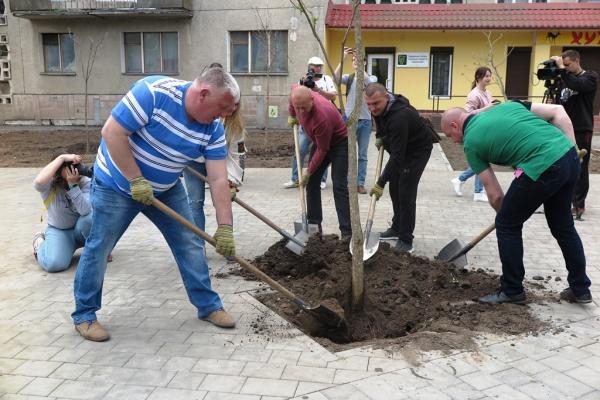 «Сквер волонтерів» у Тернополі після реконструкції постав у повній красі (Відео)