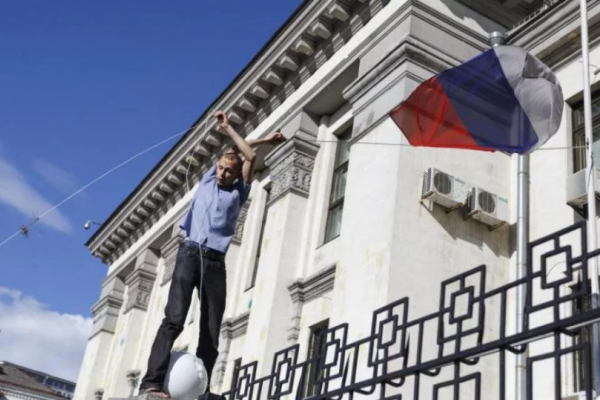 «Самогубців» з прапором Росії перевиховали в центрі Києва (Відео)