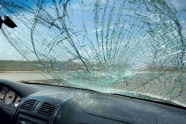 На Тернопільщині водієві розбили лобове скло величезною каменюкою (Відео)