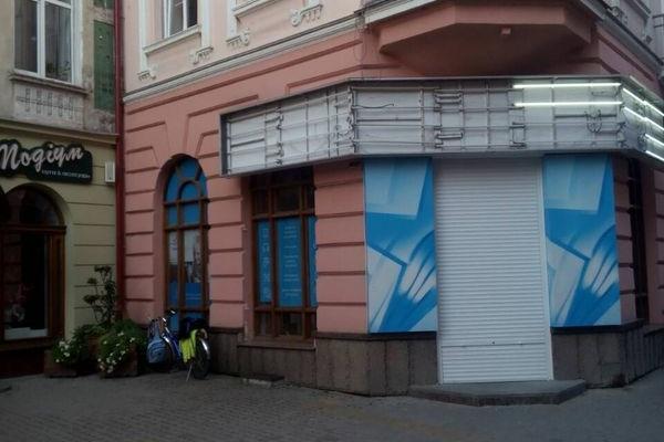 У центрі Тернополя прибрали вивіски двох магазинів
