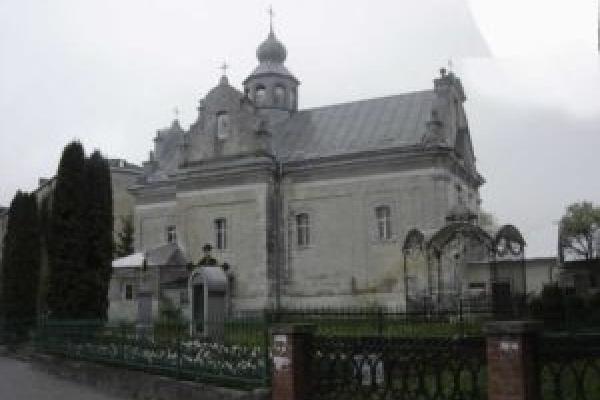 На подвір'ї церкви на Тернопільщині знайшли останки людей