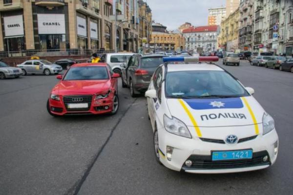 П'яні київські мажори влаштували аварію та розбірки з поліцейськими (Відео)