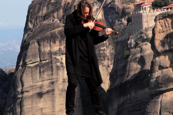 Нове вражаюче відео від скрипаля Святослава Кондратіва