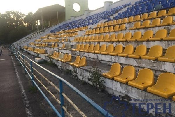 Стадіон на Тернопільщині заполонили не спортсмени, а щурі і сміття (Фото)