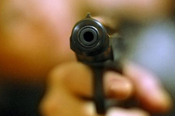 З'явилось відео, на якому крадій погрожує охоронцю супермаркету пістолетом
