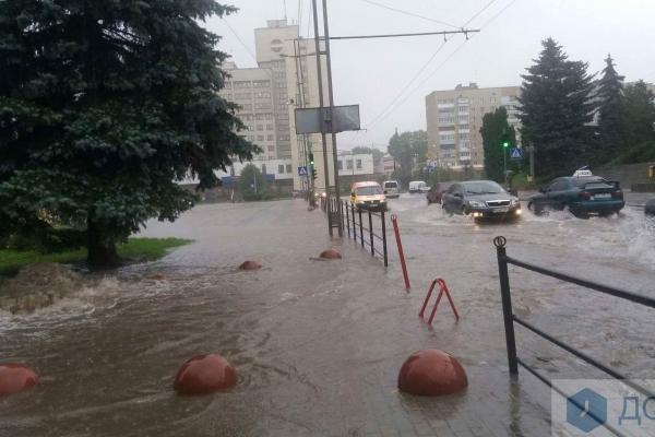 Після сильної зливи у Тернополі біля ОДА утворився «новий фонтан» (Відео, фото)