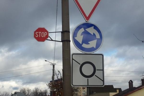 До уваги тернопільських водіїв: Встановлено нові знаки на одному з кругових перехресть