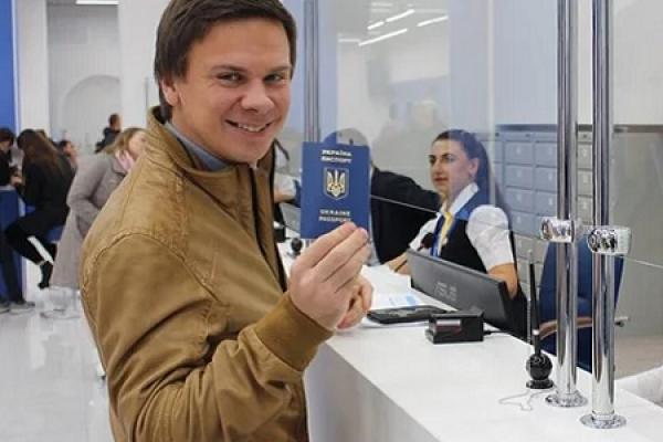 Нові закордонні паспорти: українцям пропонують ще одну послугу для виїзду з країни