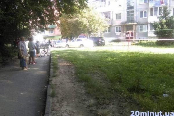 У Тернополі чоловік зі зброєю забарикадувався у квартирі