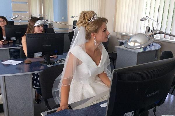 Тернополянка приїхала на іспит у весільній сукні (Відео)