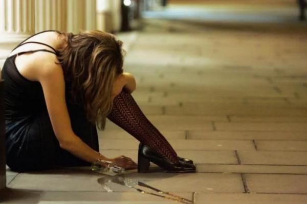 У Києві матір-алкоголічка зробила з малолітньої доньки вбивцю (Фото)