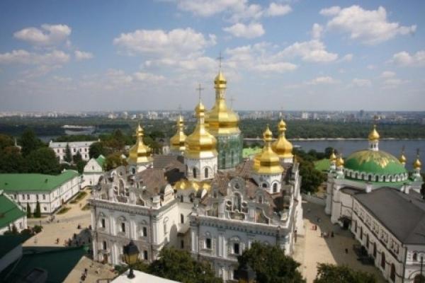 Як очільник Лаври за погодженням з міністром Нищуком витискає все українське зі святині