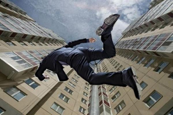 У центрі Тернополя чоловік випав з вікна багатоповерхівки