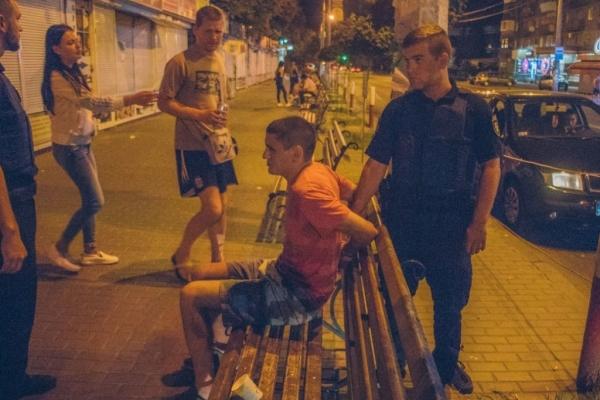 У Києві п'яна компанія молодиків з ножем напали на дівчат (Відео)