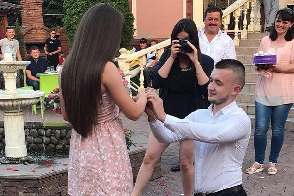 Тернополянин по-особливому освідчився дівчині в її День народження (Відео)