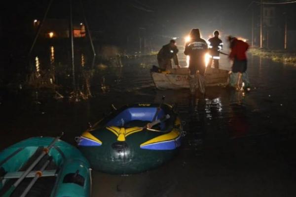 На Закарпатті машини та будинки пішли під воду (Відео)