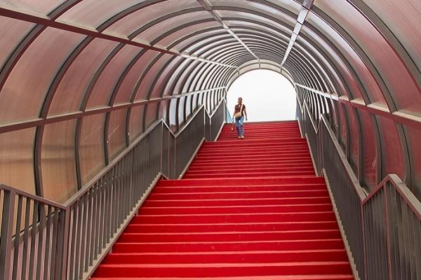 Тернополяни просять встановити пандуси на пішохідному мості над залізничним вокзалом