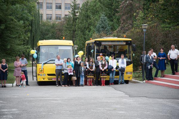 Шість нових шкільних автобусів передали сьогодні навчальним закладам Тернопільщини (Фото)