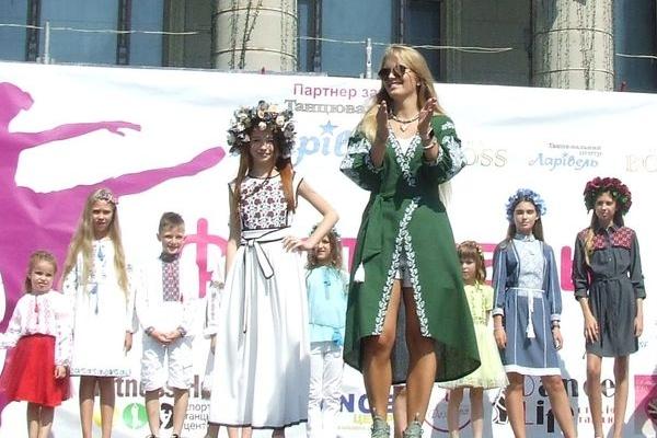 Дві колекції вишиваного одягу для дітей та дорослих презентували на Театральній площі (Фото)