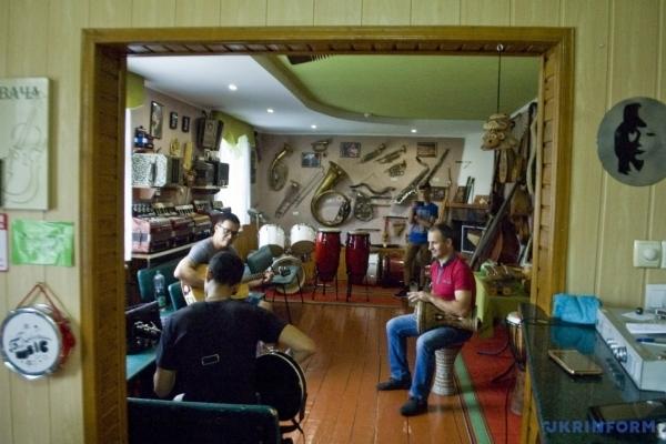 У музеї на Тернопільщині зберігається 207 автентичних музичних інструментів