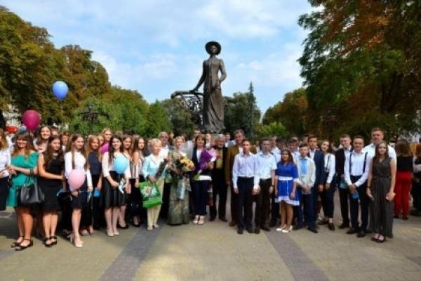 Перший дзвоник – біля пам'ятника Соломії Крушельницькій