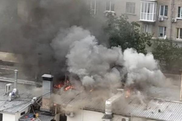 В Києві спалахнула масштабна пожежа у відомому ресторані (Фото)