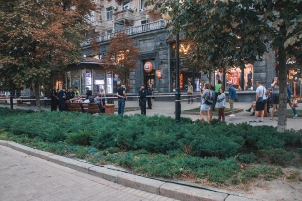 У Києві на Хрещатику натовп підлітків напав на геїв (Відео)