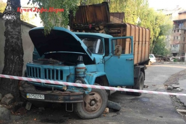 На Тернопільщині під колесами сміттєвоза загинув водій цього ж автомобіля (Фото)