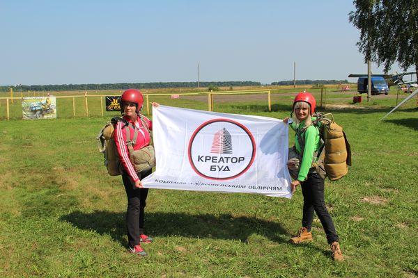 Працівники «Креатор-Буд» присвятили компанії свої стрибки з парашутом (Відео)