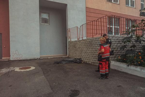 У Києві з вікна багатоповерхівки випала жінка з номером телефону на руці (Фото)