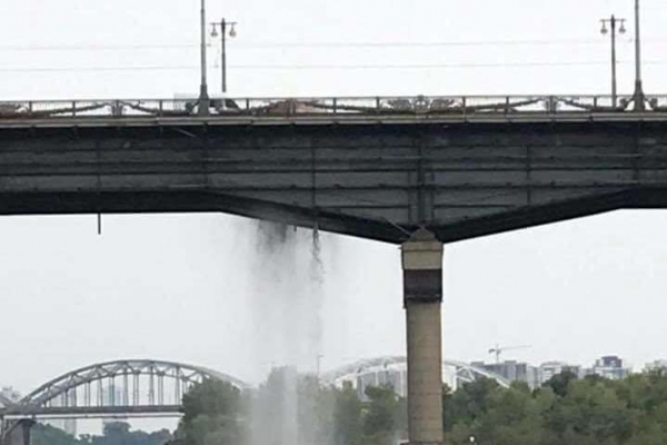Міст Патона у Києві перетворився на водоспад (Відео)