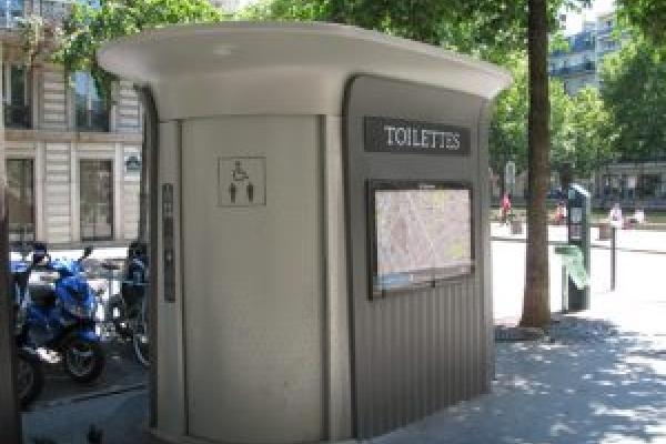 Суперечка щодо встановлення у Чорткові туалету завершилась побиттям журналіста