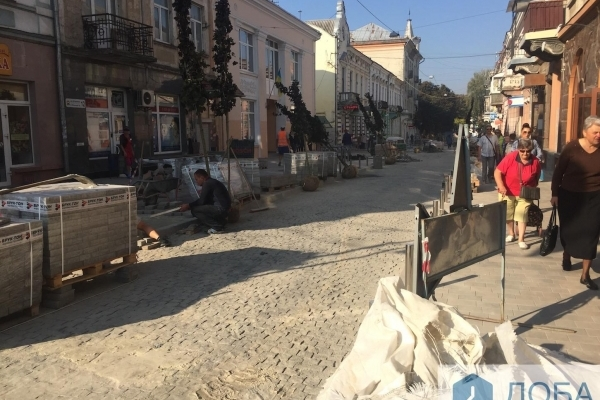 На вулиці Чорновола у Тернополі саджають червонолисті клени (Фото)