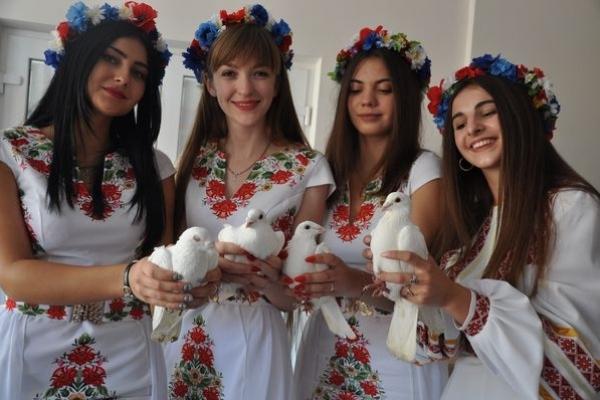 У День Миру на подвір'ї Тернопільського вишу розгорнули великий стяг і випустили в небо голубів (Фото)