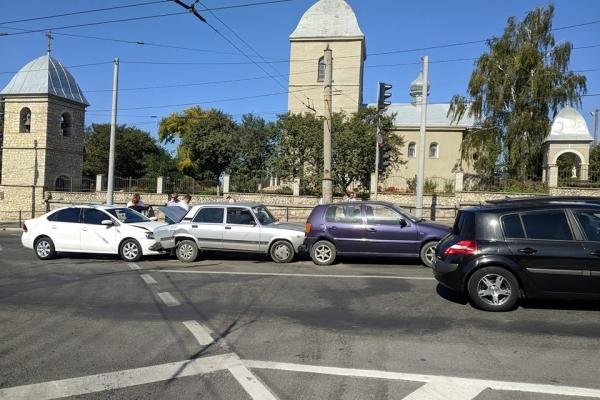 У центрі Тернополя один в одного в'їхали 4 автомобілі