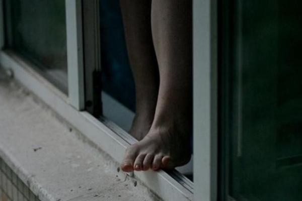 У Кременці пенсіонерка загинула, впавши з вікна